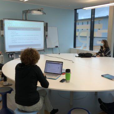 Wöchentliche Teamsitzungen und monatliche Mini-Barcamps